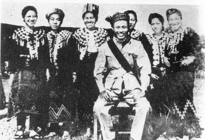 Bogyoke Aung San with a group of Kachin women. (December 1946)